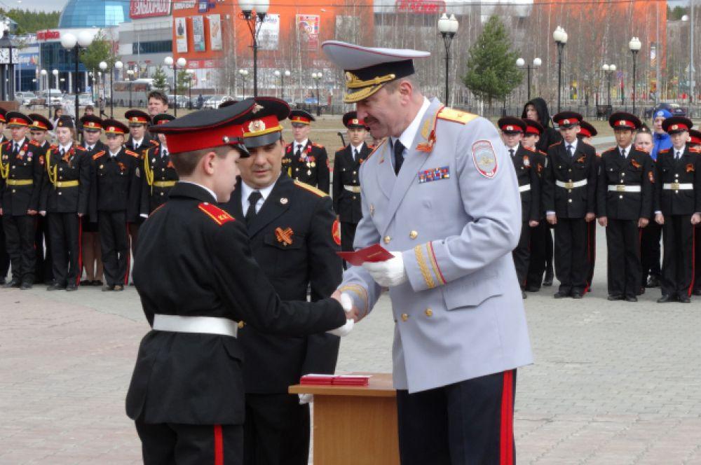 Удостоверения кадетам вручает начальник УМВД Югры Василий Романица.