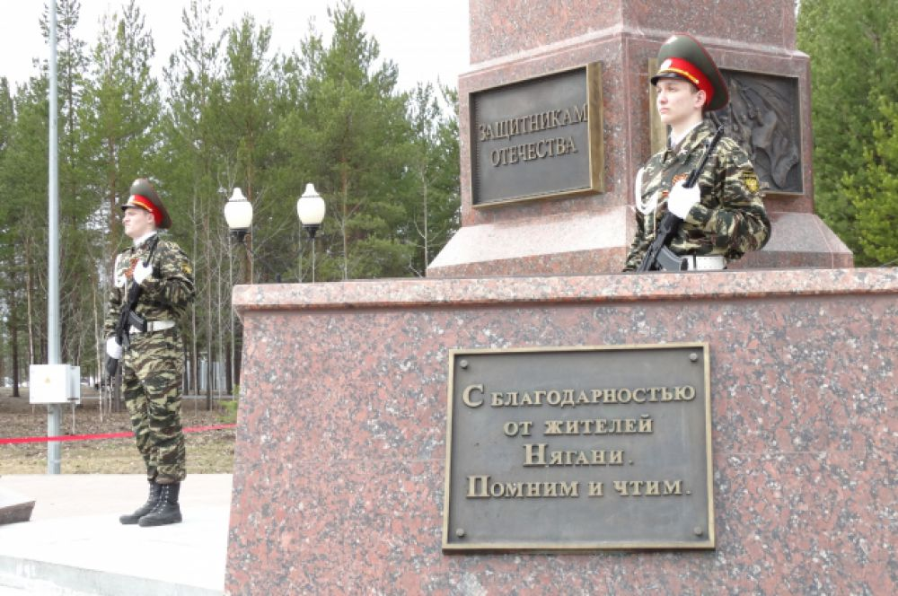 Почетный караул у мемориала.