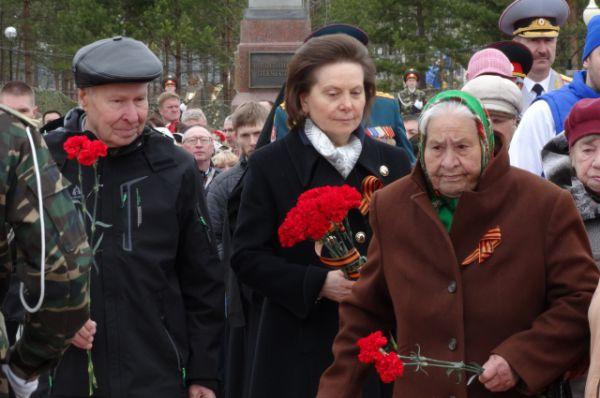 Наталья Комарова возлагает цветы вместе с ветеранами Нягани.