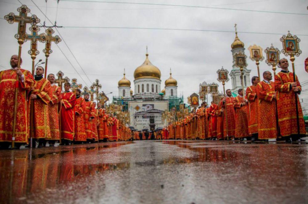 В специальном вагоне из Москвы в Ростов-на-Дону прибыл точный список православной святыни. Крестным ходом клирики и миряне прошли на Соборную площадь, где был совершен первый молебен перед иконой.