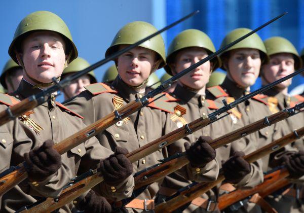 Военнослужащие в форме времен Великой Отечественной войны