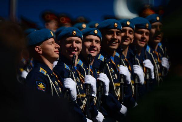 Военнослужащие парадных расчетов во время генеральной репетиции военного парада.