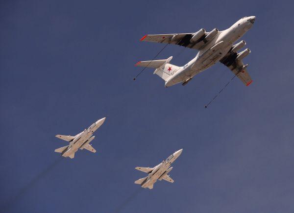 Самолёт-заправщик Ил-78 и фронтовые бомбардировщики Су-24.