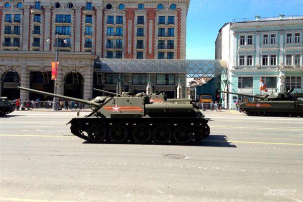 Самоходные артиллерийские установки СУ-100 периода Великой Отечественной войны.