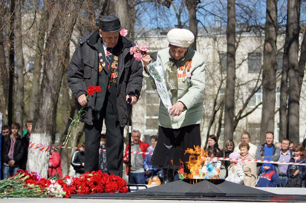 Кроме того, «эстафетный» Вечный огонь был зажжен у памятника «Тыл - фронту» на площади у ДК имени С.М.Кирова.