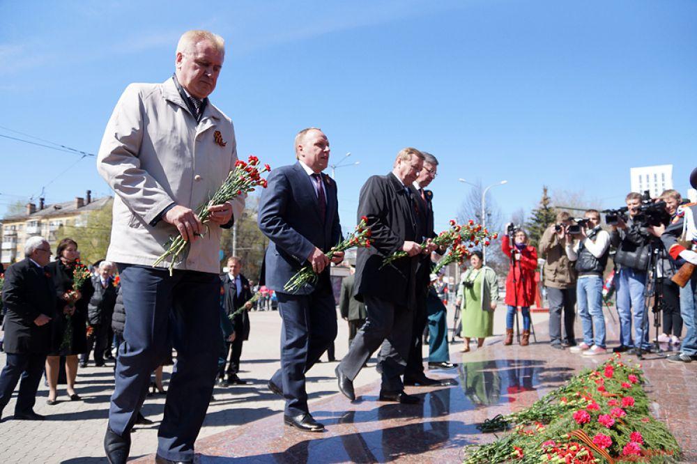 К мемориалу Уральскому добровольческому танковому корпусу были возложены цветы.