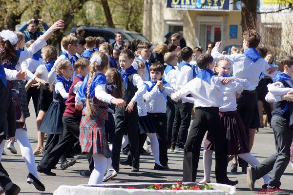 В финале акции жители города станцевали «Вальс Победы».