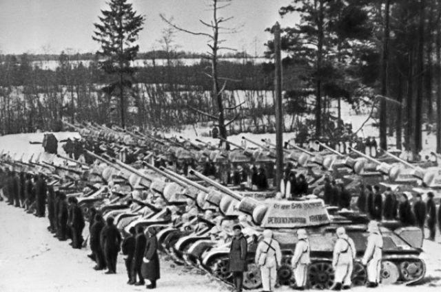 Колонна танков, подаренных монгольским народом Красной Армии.