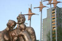 Скульптура изображает воссоединившуюся после войны семью.