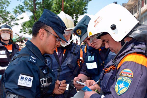 В течение дня еще три мобильных группы на специальных аварийно-спасательных автомобилях будут осуществлять поиски в северных и восточных пригородах Катманду, пострадавших от землетрясения.