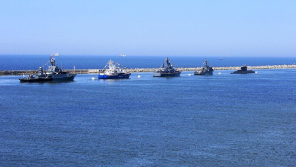 Корабли Балтийского флота в Калининградском морском канале во время репетиции Парада Победы в Балтийске.