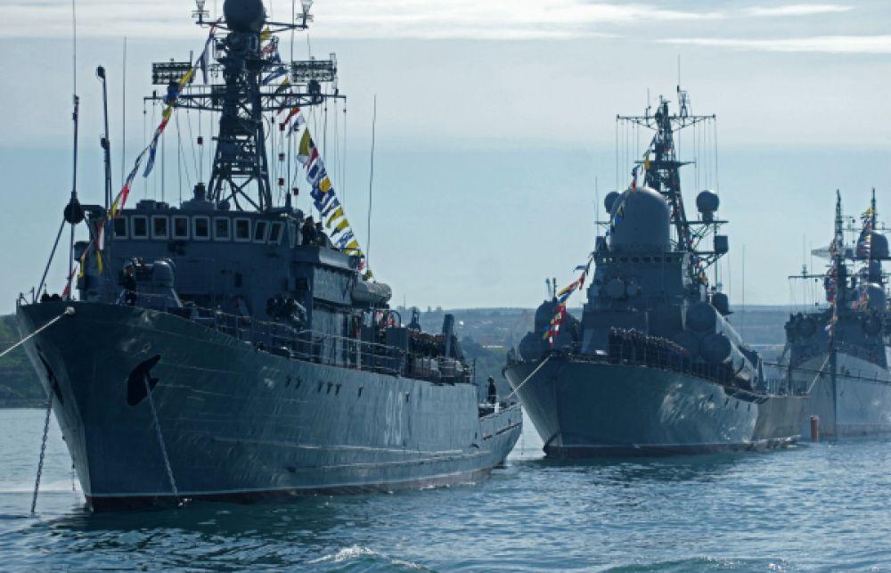 Морской тральщик «Ковровец» во время репетиции парада Победы в Севастополе.
