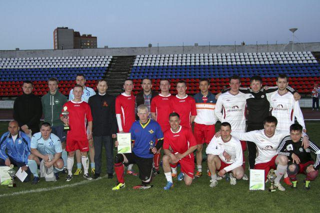 Управляющий Рязанским отделением Сбербанка Сергей Фролов с командами-призерами турнира.
