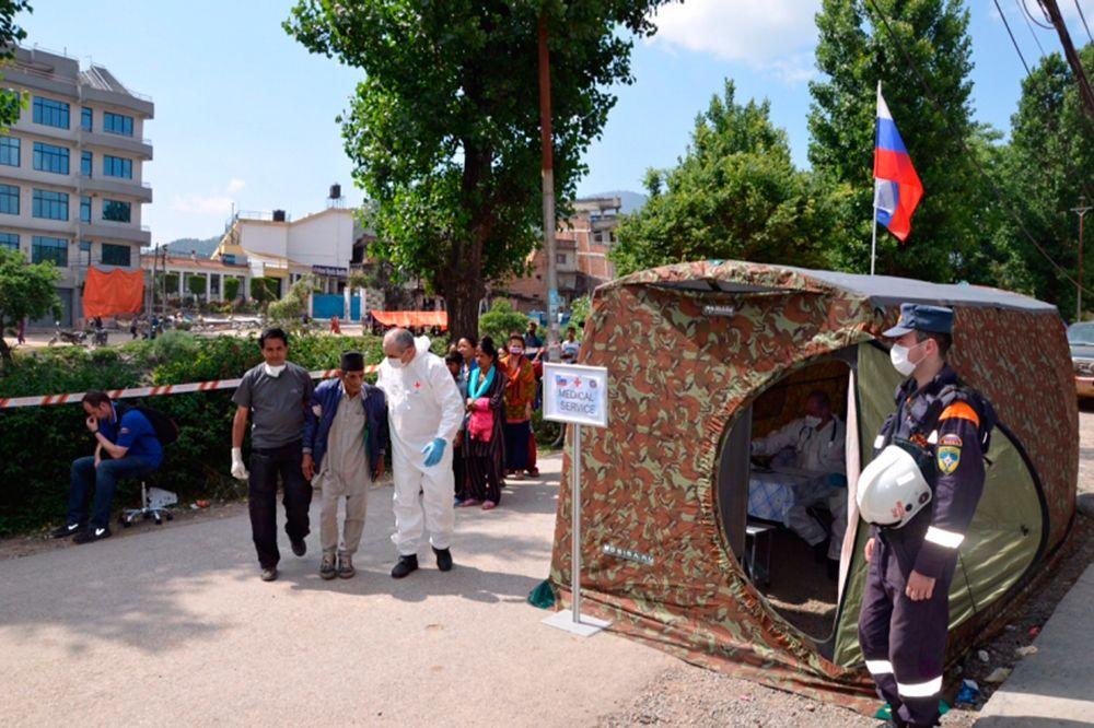 Одновременно с этим медики сводного отряда МЧС России продолжают оказывать помощь жителям Непала.