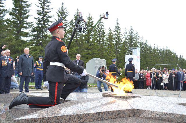 Кадет Алексей Болдырев зажигает Вечный огонь