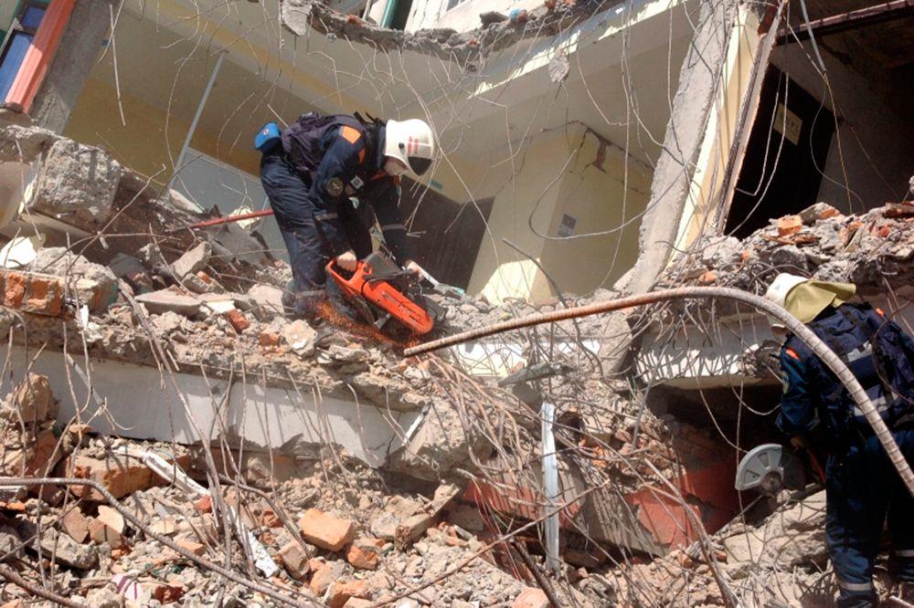 Спасатели Центра «Лидер» проводили работы по поиску тел погибших и разбору завалов с применением тяжелой техники в районе населенного пункта Ситапайла. Они обследовали четыре пяти- и трехэтажных здания, осмотрели более 1,1 тысячи квадратных метров завалов.