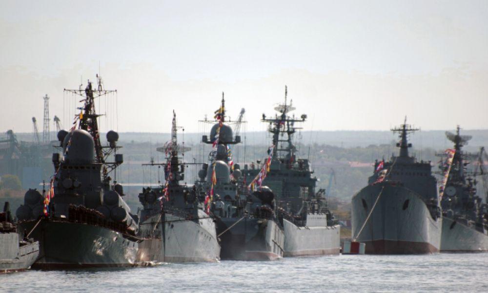 Корабли Черноморского флота РФ во время репетиции Парада Победы в Севастополе.