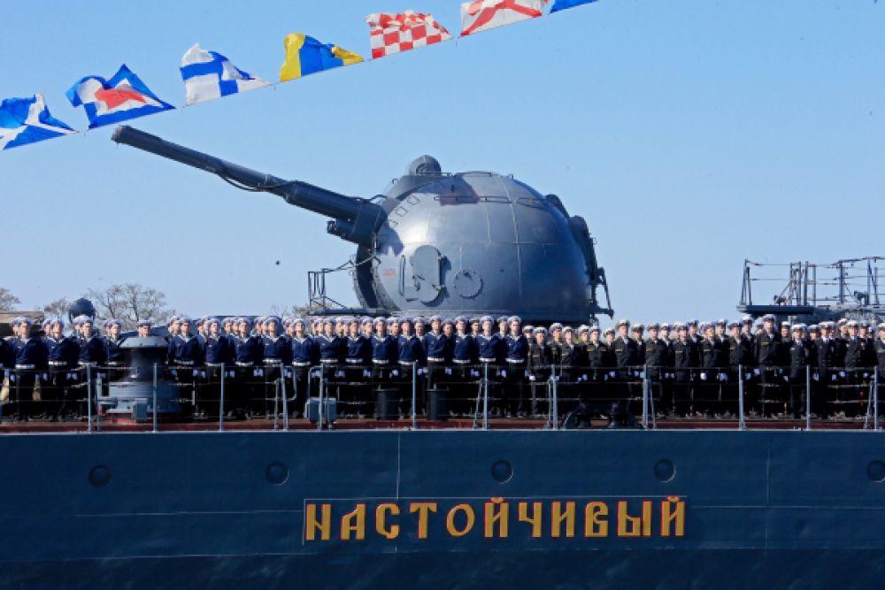 Экипаж эскадренного миноносца «Настойчивый» во время репетиции Парада Победы в Балтийске.