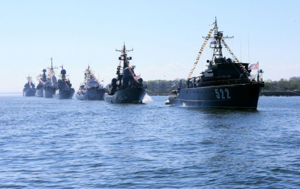 Корабли Балтийского флота во время репетиции Парада Победы в Балтийске.