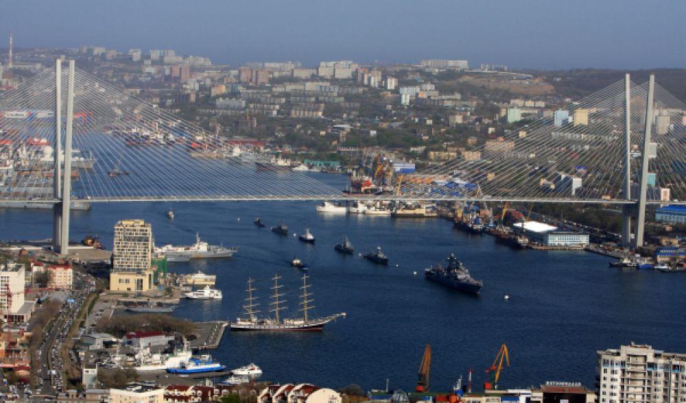 Корабли Тихоокеанского флота во время репетиции Парада Победы в бухте Золотой Рог во Владивостоке.