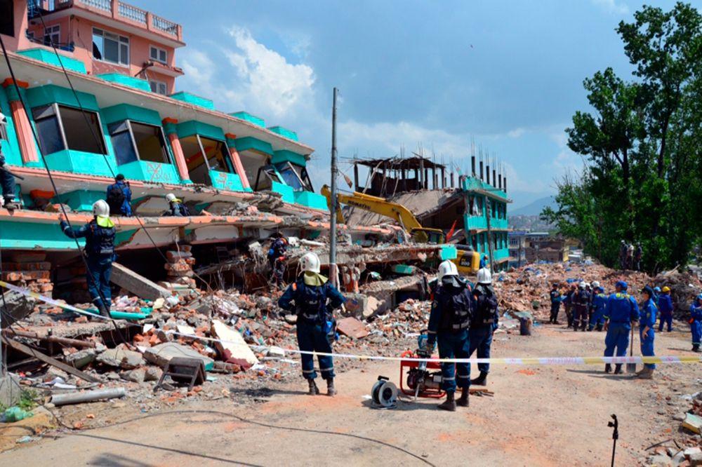 Российские спасатели с начала поисково-спасательной операции в Непале обследовали почти 4 тысячи квадратных метров завалов и проверили более 40 зданий.