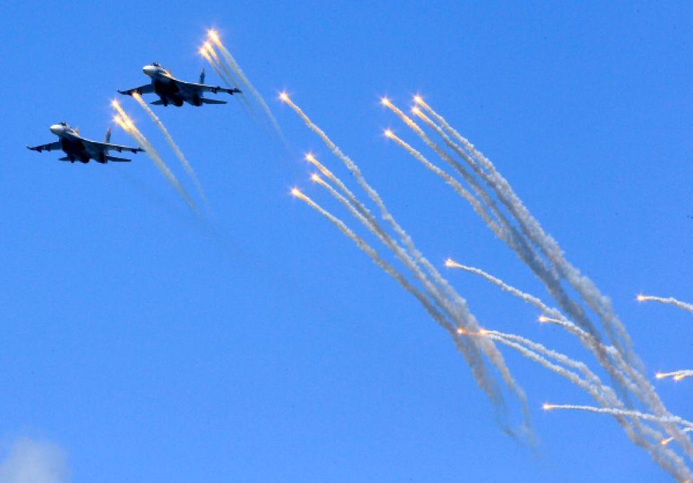 Фронтовые бомбардировщики СУ 24 во время репетиции Парада Победы в Балтийске.