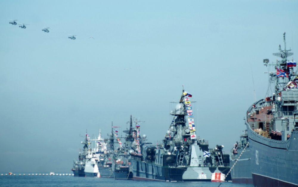 Ракетный корабль на воздушной подушке «Бора» и вертолёты Ка-27 готовятся к Параду Победы в Севастополе.