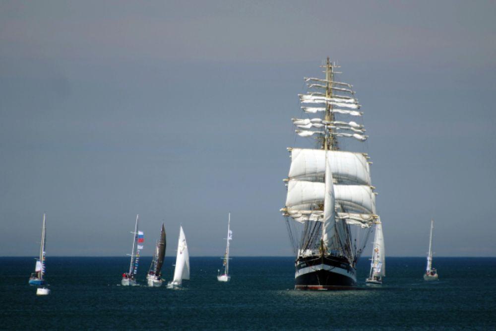 Учебное парусное судно «Крузенштерн» прибывает в бухту Севастополя для участия в Параде Победы.