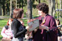 Замгубернатора Ирина Кузьмина награждает призёров конкурса.