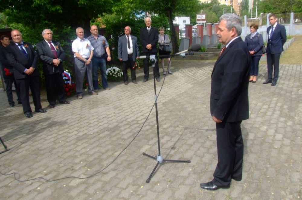 Организатор церемонии Ласло Теглаш произносит речь.
