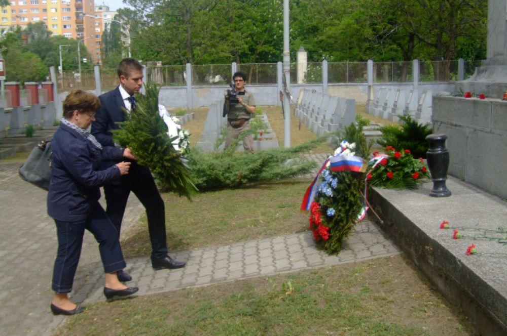 Одни горожане возлагали венки к памятнику советским воинам..