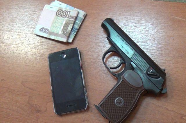 У задержанного изъяли телефон, деньги и пистолет.