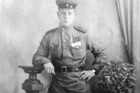 Гвардии сержант, командир зенитного орудия Фёдор Крылов в годы войны.