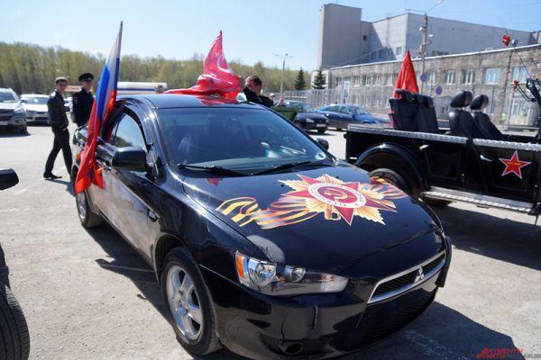 Заявки на участие пришли со всех уголков региона. Водители оформляли свои авто с помощью флагов, георгиевских лент, наклеек и аэрографии.