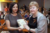 Главный редактор АиФ-Калининград вручил книгу замдиректору детской областной библиотеки им. А. П. Гайдара Майе Богдановой.