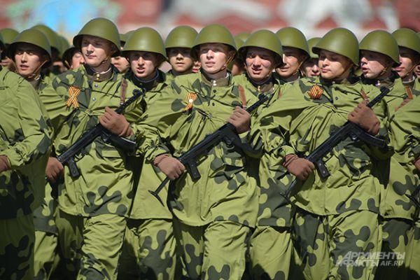 Военнослужащие, одетые в форму времен Великой Отечественной войны.