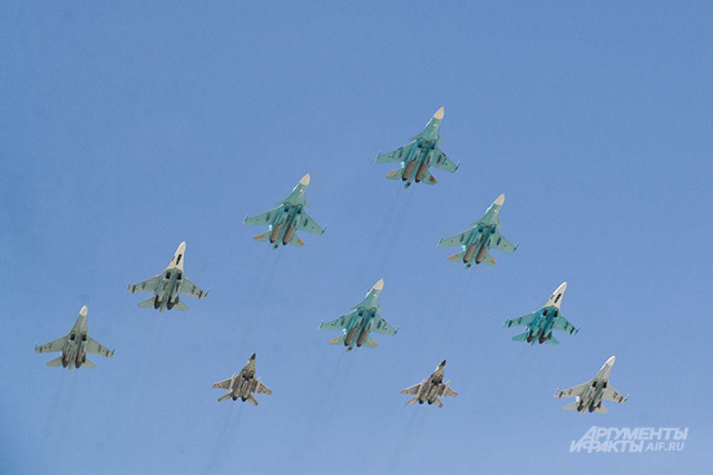 Истребители-бомбардировщики Су-34 и многоцелевые истребители Су-27 и МиГ-29.