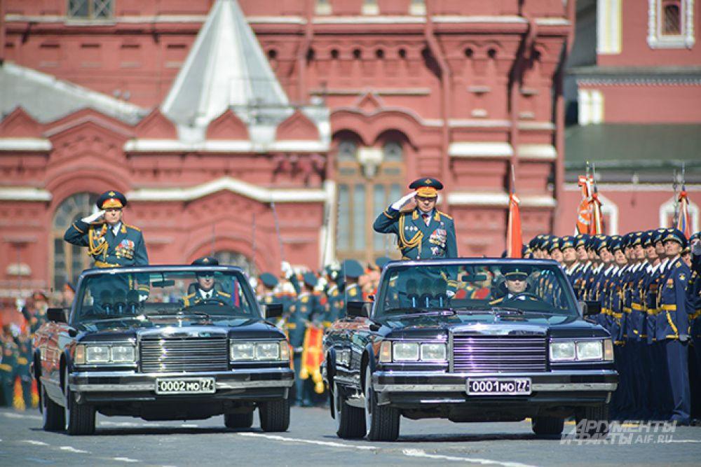 Министр обороны РФ, генерал армии Сергей Шойгу (справа) и командующий парадом Победы главнокомандующий Сухопутных войск РФ генерал-полковник Олег Салюков.