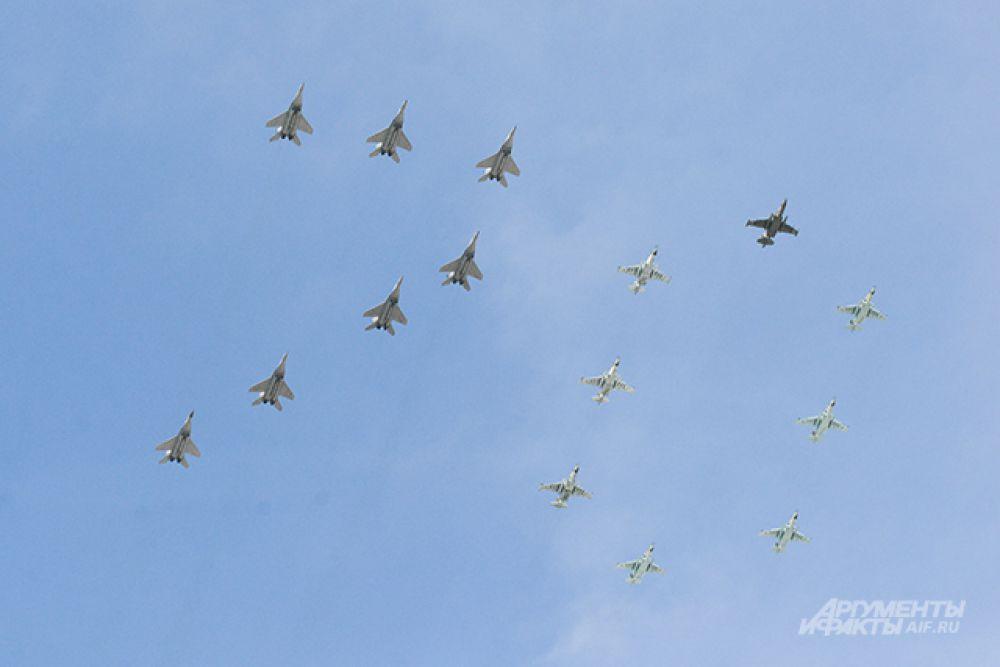 Многоцелевые истребители МиГ-29 и штурмовики Су-25.