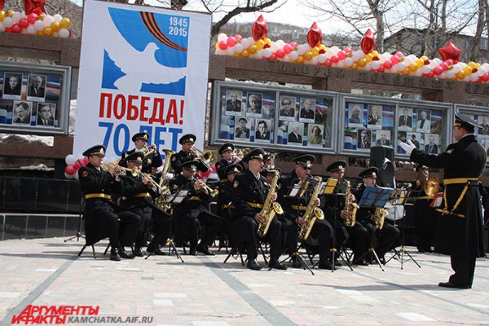 Военный оркестр играет «Прощание славянки».