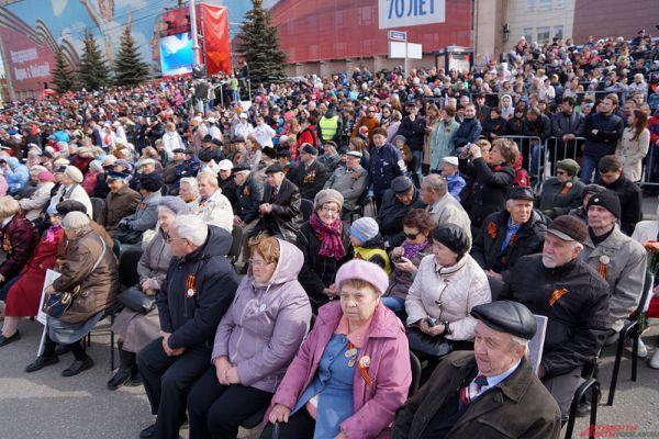 На трибунах разместились свыше 12 тысяч жителей Перми.
