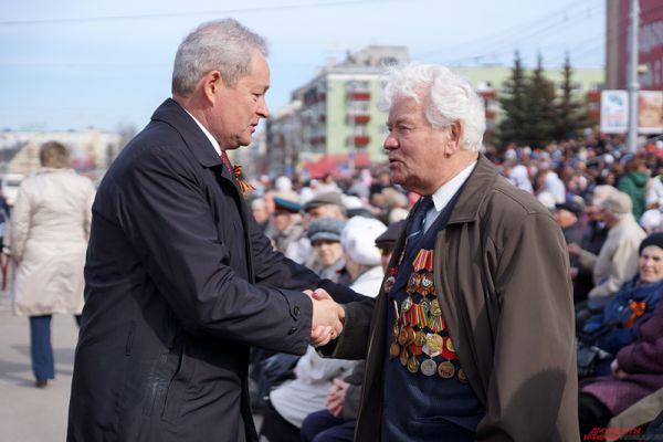 Губернатор края Виктор Басаргин лично поздравил ветеранов перед началом Парада.