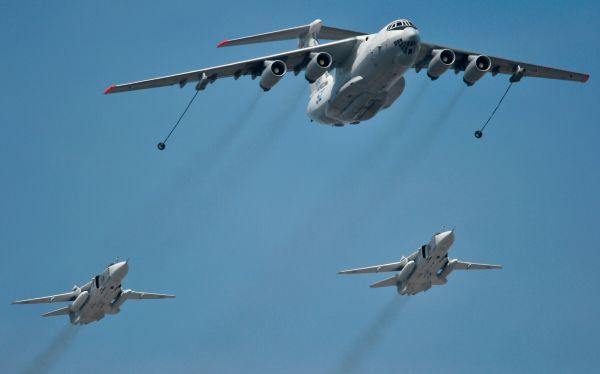 Самолёт-заправщик Ил-78 и истребители-перехватчики МиГ-31.