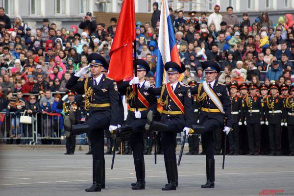 После выступления курсантов Пермского военного института служащие Президентского полка вынесли Государственный Флаг Российской Федерации и Знамя Победы.