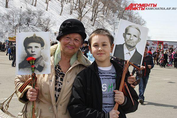 Люди несли в руках плакаты с фотографиями своих родных.