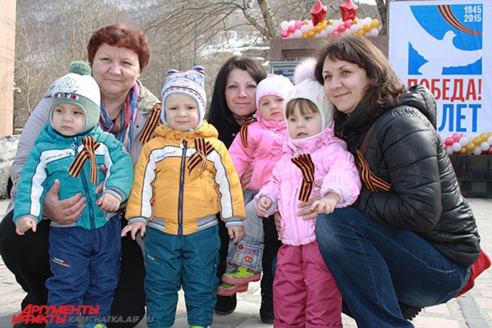 Маленькие жители города пришли почтить память героев.