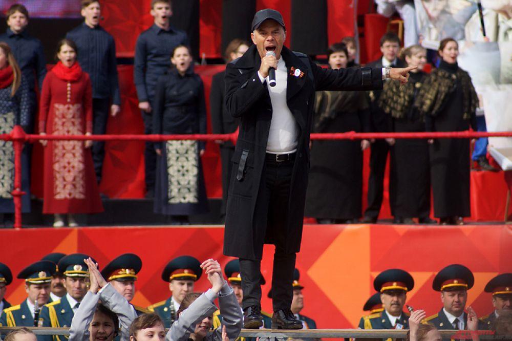В четвертой части театрализованного действа под названием «Клянемся помнить! Вперед, Россия!», принял участие народный артист России Олег Газманов с группой байкеров и юными артистами.