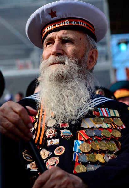 Ветеран на трибуне перед началом военного парада в ознаменование 70-летия Победы в Великой Отечественной войне 1941-1945 годов.