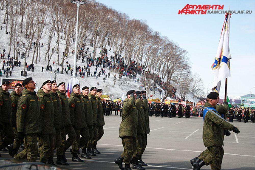 Военнослужащие прошли по центральной площади города.