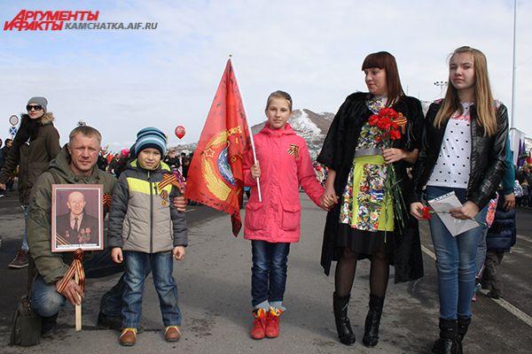 Всей семьей пришли почтить память своих погибших родственников.